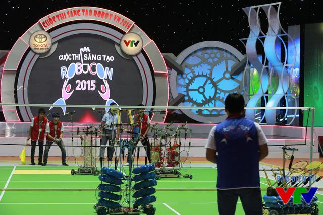 Trận thi đấu đầu tiên tại bảng A giữa đội tuyển VTEC - CKĐT (đỏ) và đội tuyển IUH-KCK (xanh)
