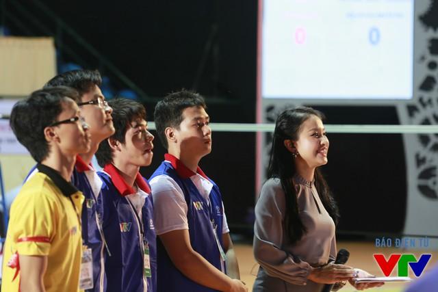 MC Thanh Vân và đội IUH-KCK - đội tuyển có chiến thắng mở màn tại vòng Chung kết Robocon Việt Nam 2015
