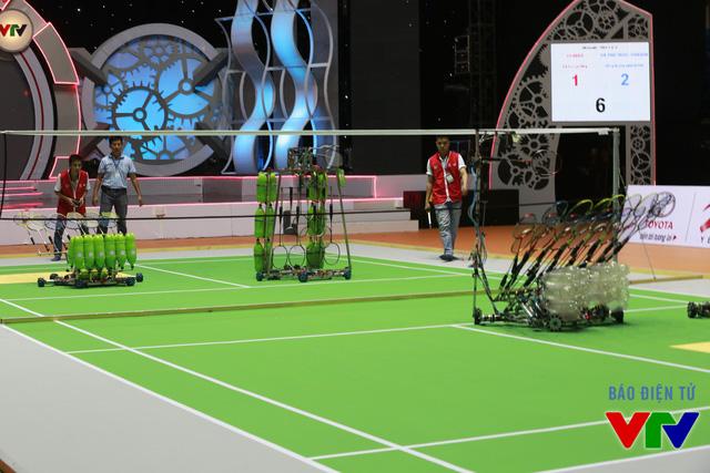 Trận thi đấu đầu tiên tại bảng B giữa đội tuyển LH-SEED (đỏ) và đội tuyển HA TINH TECH - DRAGON (xanh)