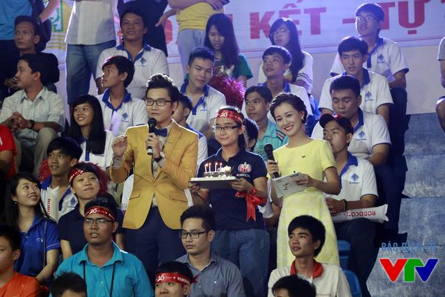 MC Công Tố và MC Quỳnh Chi tương tác với khán giả trên sân thi đấu