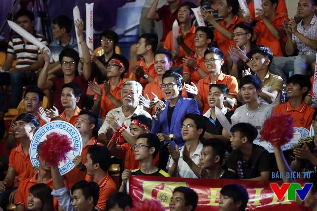 Cả những khán giả lớn tuổi cũng đến cổ vũ cho các đội tuyển