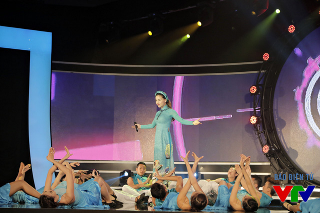 Hồ Ngọc Hà biểu diễn tại lễ khai mạc LHTHTQ lần thứ 35