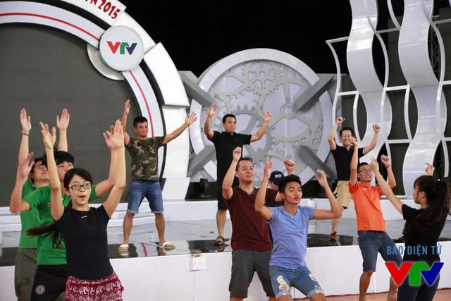 Thậm chí một số thành viên của Ban Tổ chức cũng lên sân khấu nhảy cùng các BLV