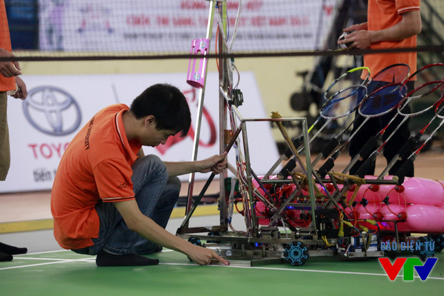 Khoảng cách di chuyển và vị trí đứng của robot trên sân được đo đạc kỹ lưỡng