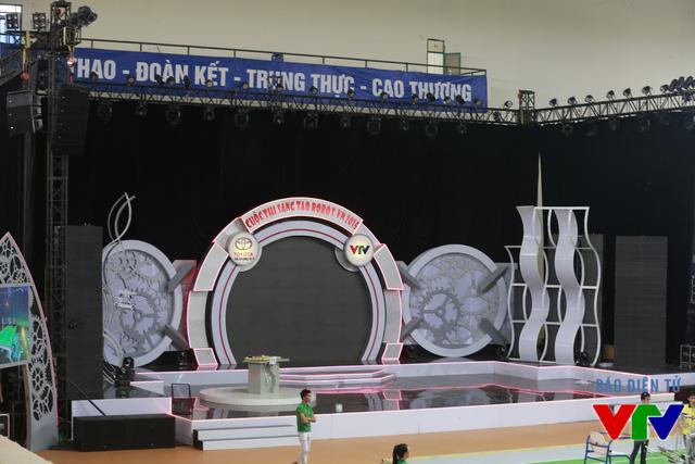 Sân khấu đã được chuẩn bị hoàn tất