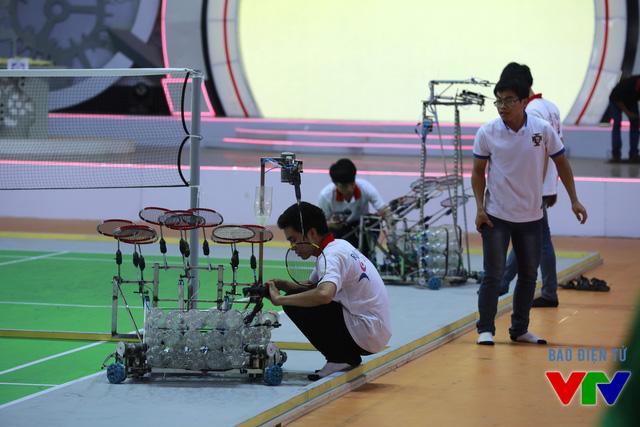 Các đội tuyển kiểm tra robot kỹ lưỡng để chuẩn bị cho những trận thi đấu chính thức sắp tới