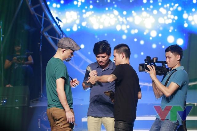Ca sĩ Tấn Minh bàn bạc kịch bản cùng đạo diễn Việt Tú và nhạc sĩ Huy Tuấn