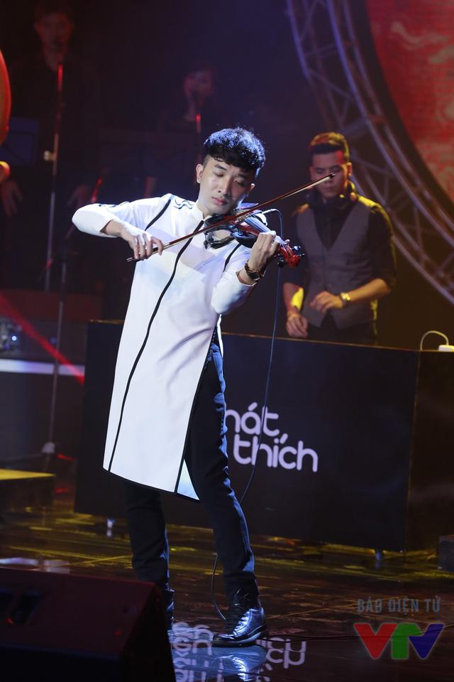 Ca khúc nằm trong dự án hợp tác giữa Ca nương Kiều Anh và Violinist Hoàng Rob nhằm tạo nên những ca khúc EDM gần với xu hướng thế giới nhưng lồng vào những đặc trưng của âm nhạc dân tộc như ca trù, bát âm, ngũ cung.