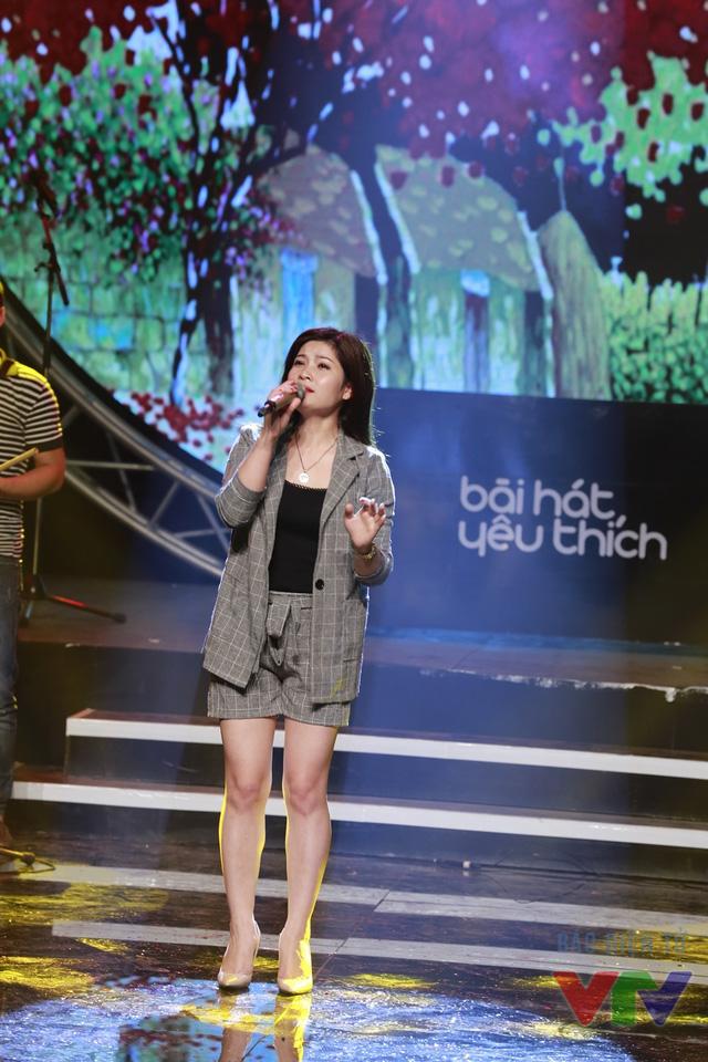 Sông Thao, ca sĩ trẻ bước ra từ cuộc thi Sao mai 2015 cũng nhận được nhiều bình chọn từ khán giả với ca khúc Tình làng quê của nhạc sĩ An Thuyên để có mặt tại sân khấu Bài hát yêu thích tháng 10