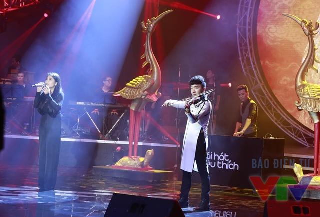 Tuy nhiên, Kiều Anh trình diễn khá mờ nhạt trong liveshow tối 23/10. Cô hát không rõ lời và chưa đạt được sự tinh tế như phiên bản phòng thu.