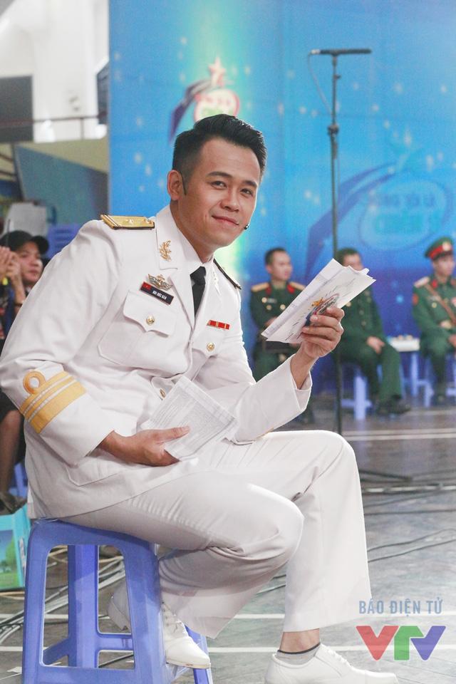 MC Đức Bảo trong hậu trường ghi hình.