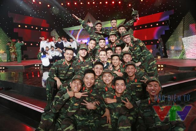 MC Minh Hà cùng các chiến sĩ tham gia chương trình Gala.