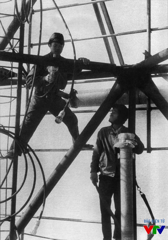 Công nhân kỹ thuật lắp đặt cột ăng-ten phát sóng Tam Đảo