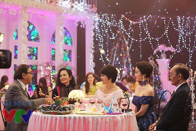 (Từ trái sang) NSND Thế Anh, NSND Trà Giang, MC Diễm Quỳnh, diễn viên Thanh Mai và GS.Đông A.