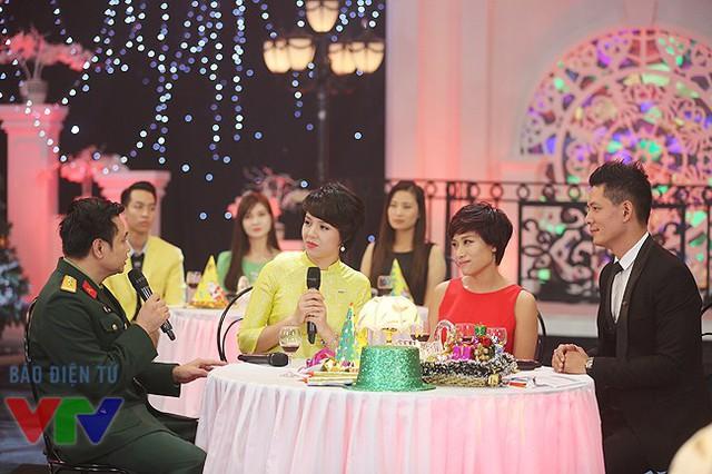 MC Diễm Quỳnh trò chuyện với NSƯT Tự Long. Bên cạnh cô là Biên đạo múa Trần Ly Ly và diễn viên Bình Minh.