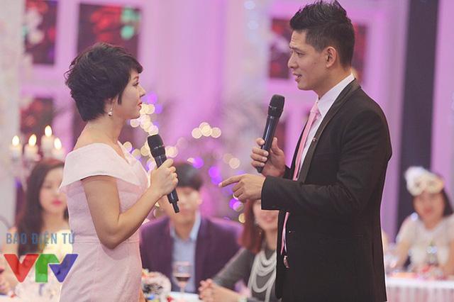 Diễm Quỳnh và Bình Minh trao đổi lời dẫn trên trường quay của Gặp gỡ VTV 2015.
