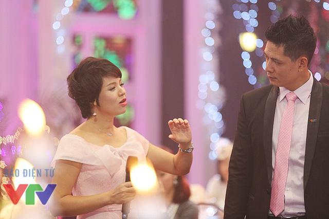 Diễm Quỳnh đang hướng dẫn cho người bạn dẫn của mình.