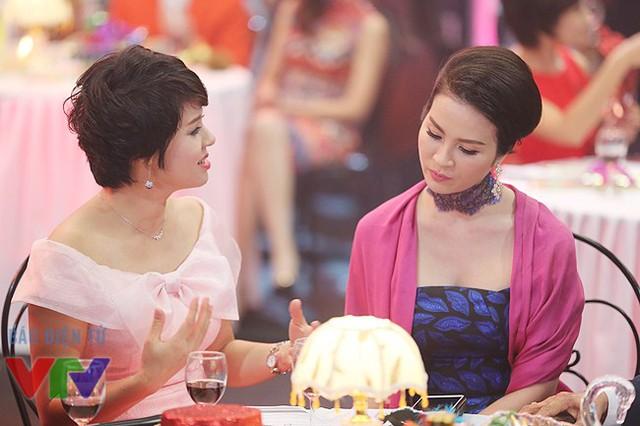 Diễm Quỳnh trao đổi kịch bản với diễn viên Thanh Mai trước cảnh quay. Ngoài những vai diễn, Thanh Mai của những năm sau này khá quen thuộc với khán giả VTV qua vai trò người dẫn của chương trình Sức sống mới.