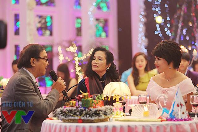 NSND Thế Anh chia sẻ với MC Diễm Quỳnh những điều khiến ông cảm thấy hài lòng về LHP Việt Nam lần thứ 19 vừa diễn ra.