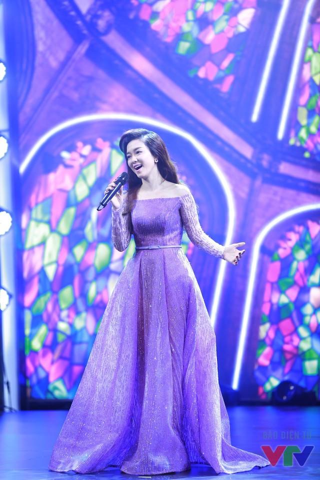 Chia sẻ cùng VTV News, Đinh Hương cho biết năm 2015 là một năm quan trọng với cô. Nữ ca sĩ đã có được vai diễn đầu tay, thực hiện các MV và đặc biệt là hoàn thành việc chuẩn bị ra mắt 2 album mới vào cuối năm nay.