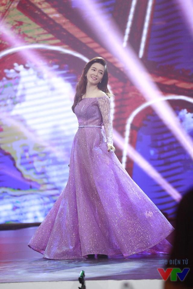 Ngoài ra, Đinh Hương còn khẳng định sau bộ phim Khúc hát mặt trời, cô cảm thấy có tình yêu dành cho bộ môn nghệ thuật này. Do đó, trong thời gian tới cô sẽ tham gia những khóa học về diễn xuất một cách chuyên nghiệp.