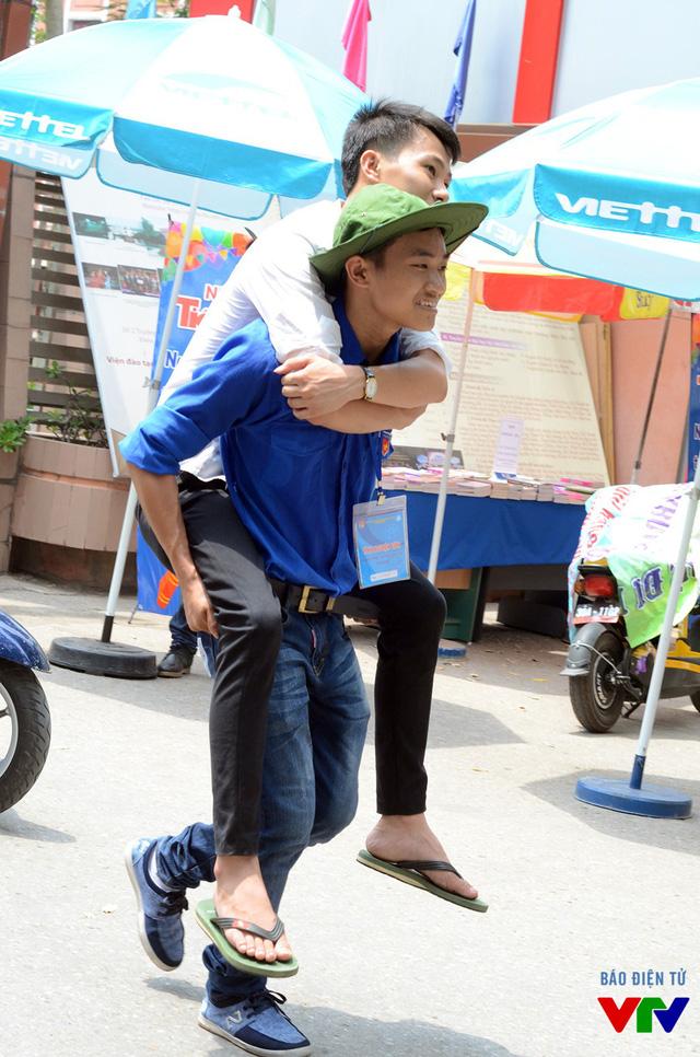 Sinh viên tình nguyện giúp đỡ thí sinh di chuyển