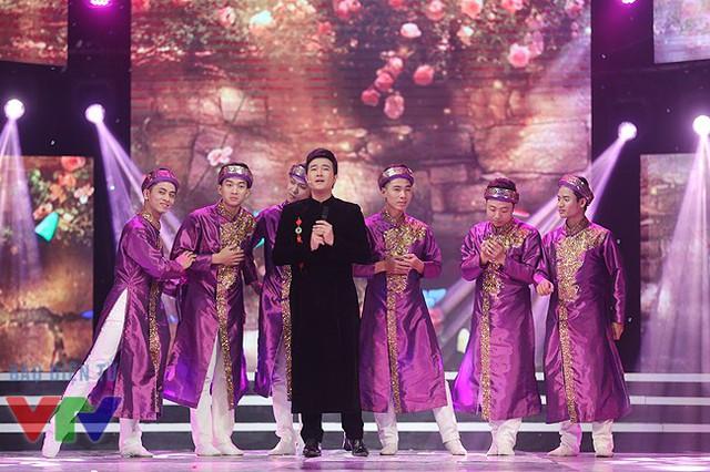 Phần thể hiện càng trở nên đặc biệt với sự đầu tư về trang phục của ca sĩ và nhóm múa.