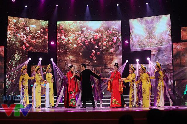Sân khấu lộng lẫy và rực rỡ của Gala cười 2015 trong tiết mục của Minh Quân - Hà Hoài Thu - Thùy Dung. Bộ ba đã thể hiện ca khúc Nụ tầm xuân.