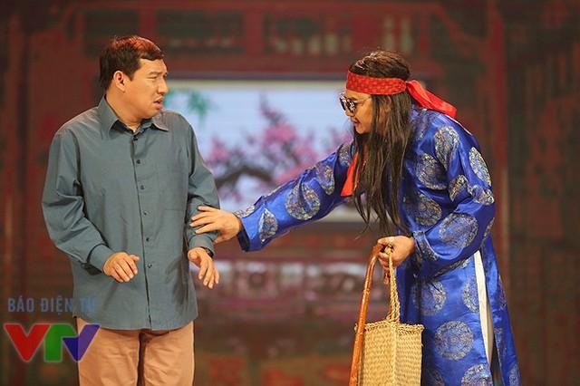 Diễn viên Quang Thắng và Tự Long trong tiểu phẩm Đặt tên cho con.