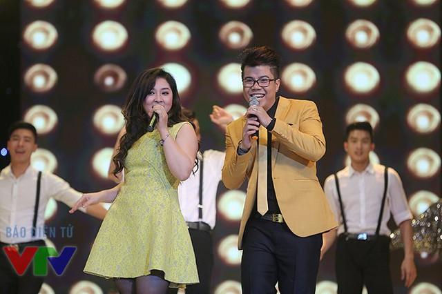 Bảo Trâm và Đinh Mạnh Ninh với phần trình diễn trẻ trung và sôi động.