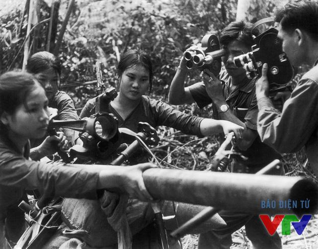 Ghi hình các cô Thanh niên xung phong tại mặt trận