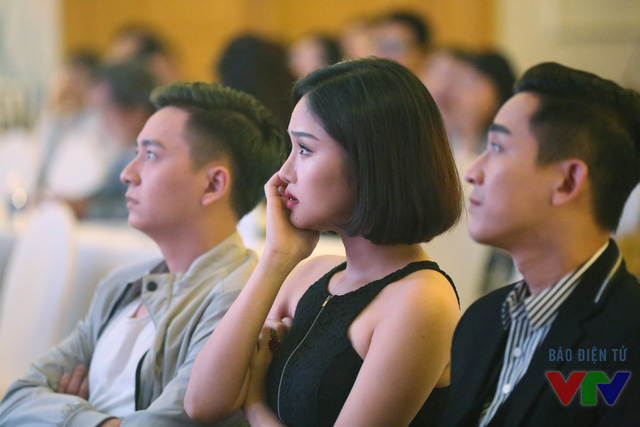 Miu Lê (giữa) xúc động khi xem lại một phân cảnh trong phim