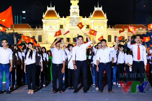 MC Nguyên Khang và các bạn sinh viên tại đầu cầu TP.HCM