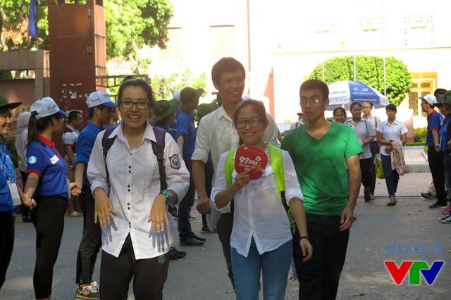 Những thí sinh ra khỏi khu vực thi đầu tiên tại điểm Đại học Thủy Lợi