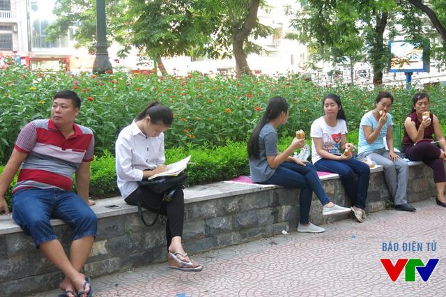 Một số thí sinh đọc qua bài trước khi bước vào phòng thi