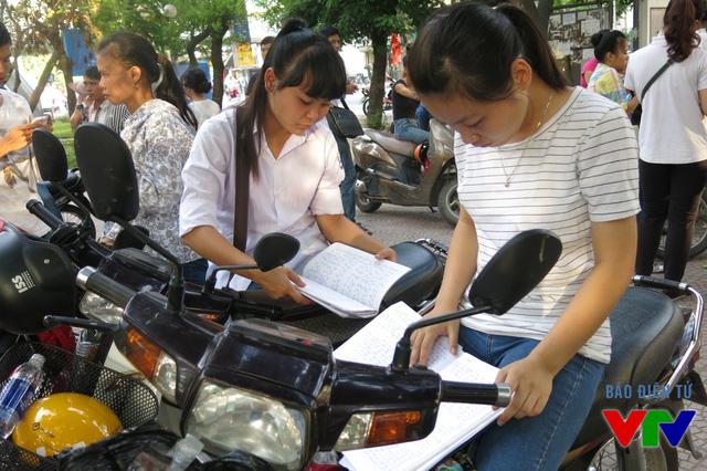 Các thí sinh tranh thủ thời gian ôn lại bài trước khi vào thi
