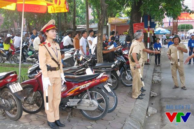 Cảnh sát giao thông và lực lượng chức năng phân luồng nhằm tránh nghẽn mạch giao thông