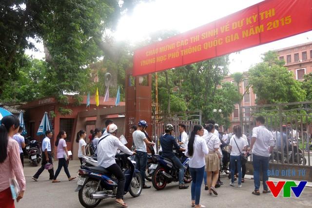 Các thí sinh bước vào khu vực thi