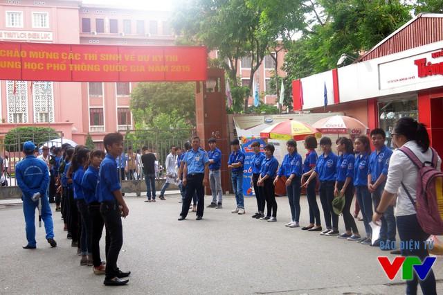 Các sinh viên tình nguyện nhiệt tình hỗ trợ thí sinh và phụ huynh