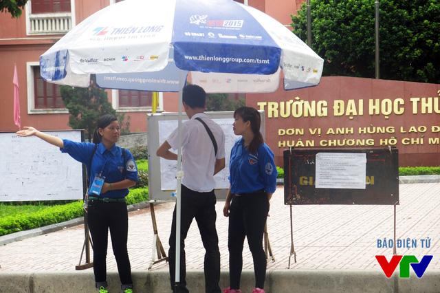 Các sinh viên tình nguyện tận tình hướng dẫn, hỗ trợ thí sinh và phụ huynh