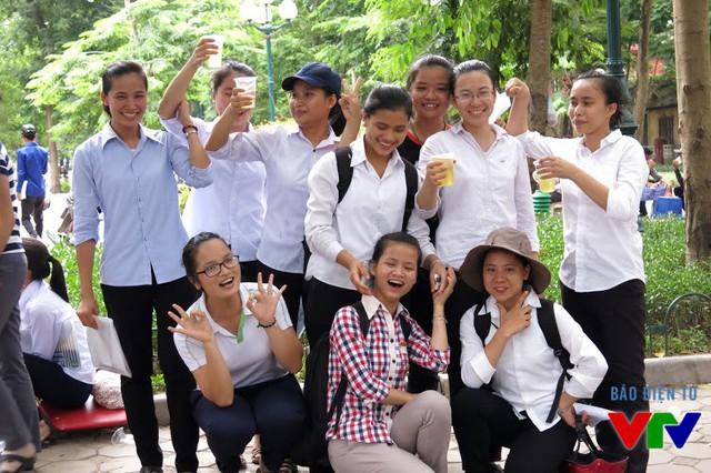 Các thí sinh ăn mừng sau khi hoàn thành môn thi cuối cùng