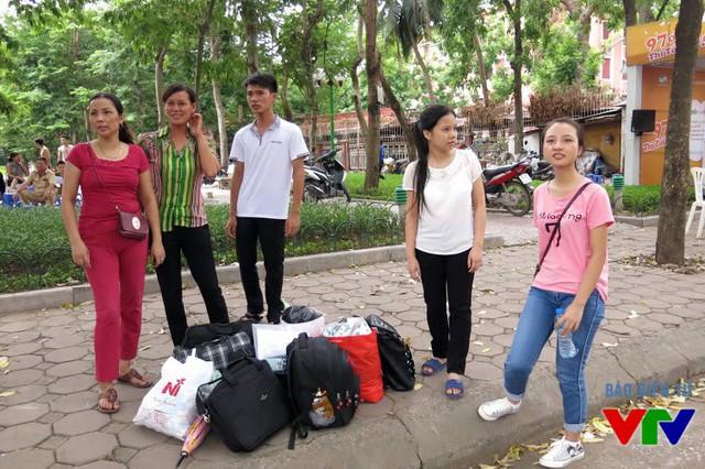 Các phụ huynh và thí sinh đã chuẩn bị sẵn hành lý về nhà sau khi kết thúc môn thi cuối cùng