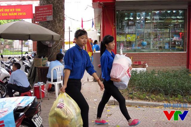Các tình nguyện viên hỗ trợ phụ huynh và thí sinh