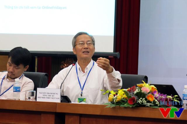 Ông Nguyễn Thanh Hưng - Tổng thư ký Hiệp hội Thương mại điện tử Việt Nam - đại diện Ban Tổ chức giải đáp các thắc mắc của phóng viên và đại diện doanh nghiệp