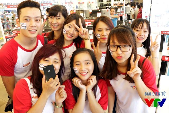Các sinh viên Bách Khoa đọ dáng bên chiếc BPhone