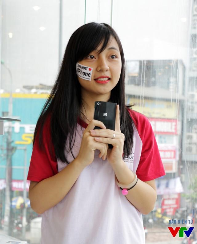 Bạn Tuyết Trinh - sinh viên Viện Ngoại Ngữ của Đại học Bách khoa Hà Nội rất ấn tượng với thiết kế của siêu phẩm BPhone (Ảnh: NVCC)