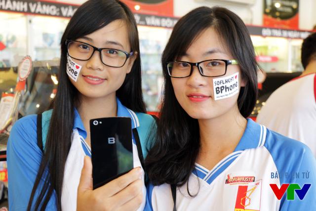 BPhone đọ dáng bên hai bạn nữ xinh đẹp của trường Đại học Bách khoa Hà Nội