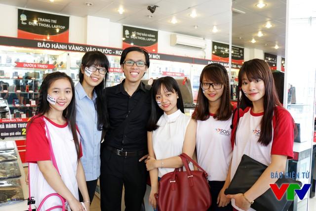 Thầy Ngọc Anh và các nữ sinh Bách Khoa trong buổi trải nghiệm BPhone