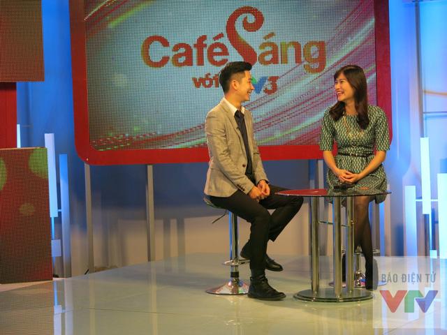 Hai MC mới - Tuấn Hải và Mai Trang tươi cười trên trường quay.