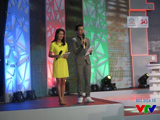 Hai MC dẫn chương trình buổi lễ khai mạc